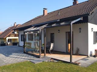 Teilverglaste Terrassenüberdachung aus Glas, Aluminium & Ganzglasschiebetüren Schmidinger Wintergärten, Fenster & Verglasungen Moderner Wintergarten Aluminium/Zink Braun