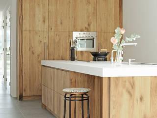 Keuken van geschaafd oud eiken met keukeneiland in Rijswijk:  Keuken door RestyleXL
