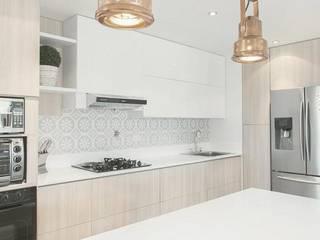 Cocina Cibeles Cuisine scandinave par CONTRALUZ MOBILIARIO Y DISEÑO INTERIOR Scandinave