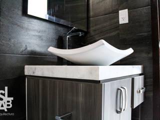Moderne badkamers van Slab Arquitectos Modern
