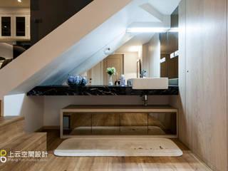 優雅淨白 徜徉自在居:  浴室 by 上云空間設計