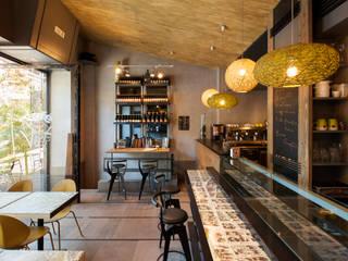 Le Café Vert Bar Bistrot:  in stile  di studioQ, Moderno