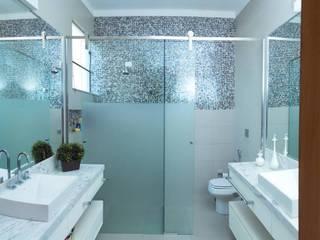 Baños de estilo  por mariaeunicearquitetura