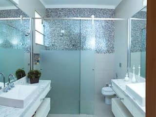 Baños de estilo moderno por mariaeunicearquitetura