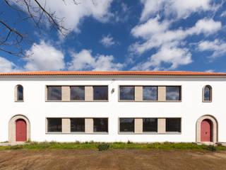 Casa da Cultura Barrosas: Escritórios e Espaços de trabalho  por Gabriela Pinto Arquitetura,Moderno