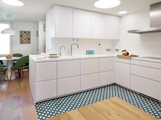 Piso Avenida Sarrià: Cocinas de estilo  de Deu i Deu