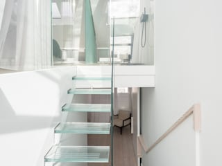 gc House Inaki Leite Design Ltd. Minimalist corridor, hallway & stairs Glass White