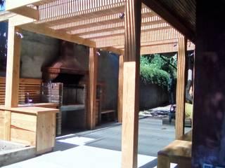 TERRAZA Y QUINCHO vista hacia el quincho: Terrazas  de estilo  por CREARCO