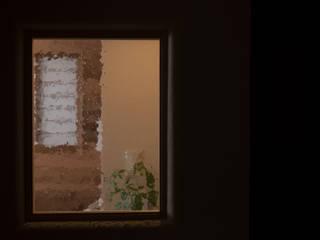泡ガラスの明かり採り: 古今 Design & Craftsが手掛けた廊下 & 玄関です。