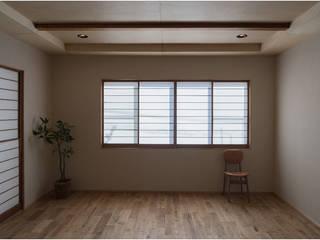 Modern Living Room by 古今 Design & Crafts Modern