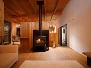 Salas modernas de 藤井伸介建築設計室 Moderno