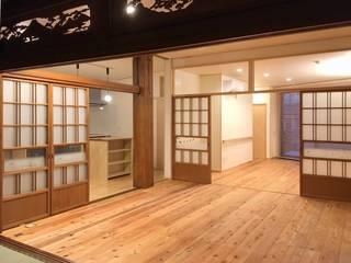 Salones eclécticos de 木の家設計室 アトリエ椿 Ecléctico