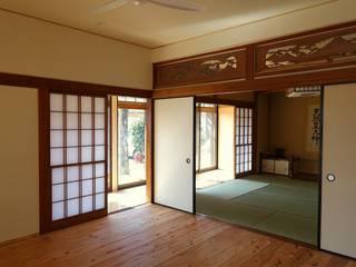 Salas de estar ecléticas por 木の家設計室 アトリエ椿 Eclético