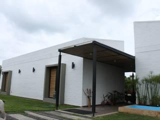 Acceso ppal: Casas de estilo  por A-CUATTRO ARQUITECTURA