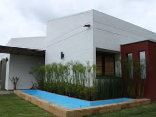 Espejo de agua: Casas de estilo  por A-CUATTRO ARQUITECTURA