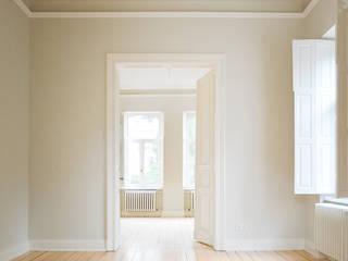 Umbau und Sanierung einer denkmalgeschützten Gründerzeitvilla, Bonn Rüngsdorf Minimalistische Wohnzimmer von Jan Tenbücken Architekt Minimalistisch