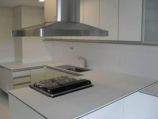 現代廚房設計點子、靈感&圖片 根據 MS Superfície & Movelaria 現代風