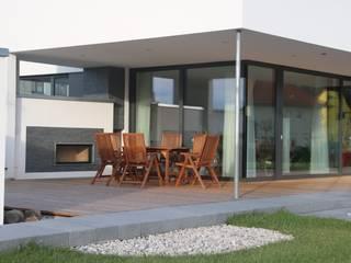 Haus G:  Terrasse von 2+2architekten Thomas Grübling . Ave-C. Reifenstein GbR