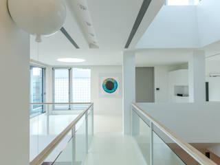 Couloir et hall d'entrée de style  par  何侯設計   Ho + Hou Studio Architects , Minimaliste