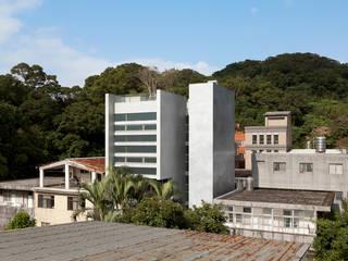 Maisons de style  par  何侯設計   Ho + Hou Studio Architects , Minimaliste