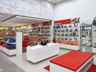 Loja Itapuã Calçados Espaços comerciais modernos por RENATO MELO | ARQUITETURA Moderno