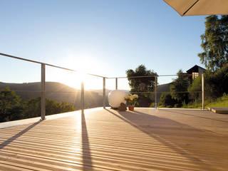 Moderne balkons, veranda's en terrassen van Braun & Würfele - Holz im Garten Modern