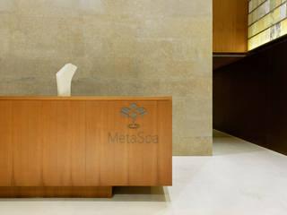 Couloir et hall d'entrée de style  par  何侯設計   Ho + Hou Studio Architects , Moderne