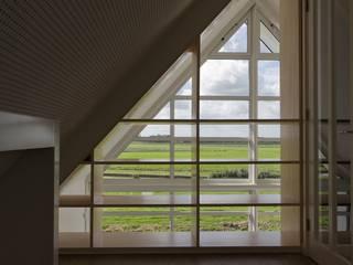 Pasillos, vestíbulos y escaleras de estilo moderno de GeO Architecten Moderno