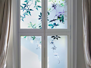 Etched Glass shutters with jasmine design Klassische Schlafzimmer von Antonia Macgregor Designs in Glass Klassisch