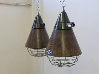 """""""TAUCHA CAGE"""" Industrie Fabrik Design Lampe Bakelit Gitter:  Geschäftsräume & Stores von Lux-Est"""
