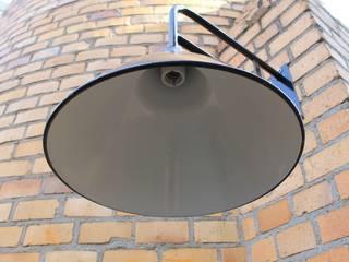 """""""LEVIN RIESA M"""" Ausleger Fabrik Lampe Industrie Design Vintage: industrialer Balkon, Veranda & Terrasse von Lux-Est"""