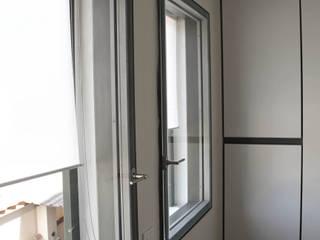 Tiny house at sea side Finestre & Porte in stile minimalista di ibedi laboratorio di architettura Minimalista