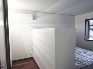 Tiny house at sea side Camera da letto minimalista di ibedi laboratorio di architettura Minimalista