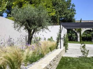 AIX-EN-PROVENCE - jardin méditerranéen contemporain: Jardin de style  par Agence MORVANT & MOINGEON