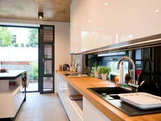 Dom jednorodzinny z antresolą: styl , w kategorii Kuchnia zaprojektowany przez Projektant wnętrz Michał Hoffmann