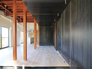 Modern Corridor, Hallway and Staircase by 真島瞬一級建築士事務所 Modern