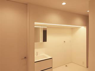 洗面: 真島瞬一級建築士事務所が手掛けた浴室です。