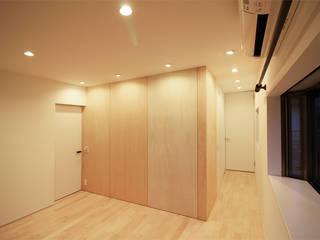 寝室: 真島瞬一級建築士事務所が手掛けた寝室です。