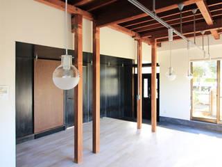 Salas de estar modernas por 真島瞬一級建築士事務所 Moderno
