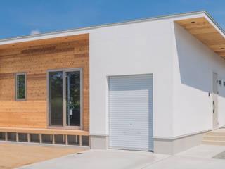 バイクガレージのある平屋の二世帯住宅 KAWAZOE-ARCHITECTS ガレージ&小屋