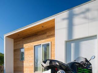 バイクガレージのある平屋の二世帯住宅: KAWAZOE-ARCHITECTSが手掛けたミニマリストです。,ミニマル