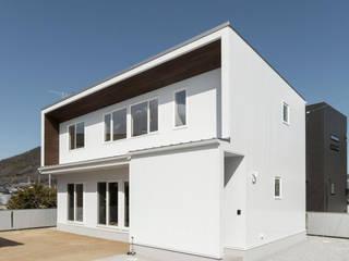 明るいリビングと大きな吹抜けのある家: KAWAZOE-ARCHITECTSが手掛けた一戸建て住宅です。