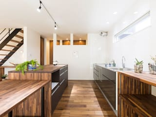 コンパクトで回遊性のある家: KAWAZOE-ARCHITECTSが手掛けたキッチンです。