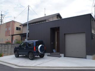 ガレージ付きの平屋の住宅: KAWAZOE-ARCHITECTSが手掛けたです。