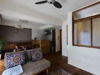 室内窓がつなぐリビングと書斎: 株式会社スタイル工房が手掛けたです。