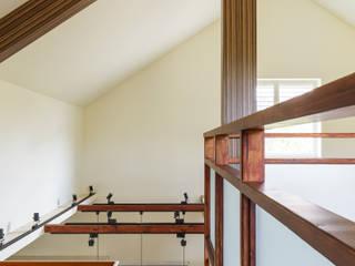 homify Wiejski korytarz, przedpokój i schody