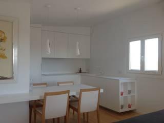 projecte de vivenda unifamiliar a l'horta de lleida: Cocinas de estilo  de A2 arquitectura interior
