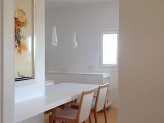 projecte de vivenda unifamiliar a l'horta de lleida: Comedores de estilo  de A2 arquitectura interior