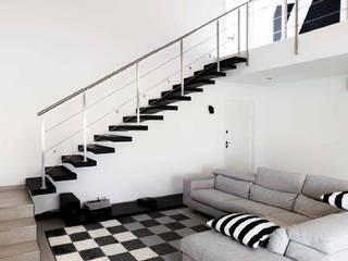 villa black & white: Soggiorno in stile  di studio di architettura - Elena Gaigher Architetto, Moderno