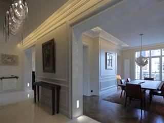 Appartement Paris XVII: Couloir et hall d'entrée de style  par Philippe Conzade